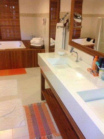 Pousada Quarto Crescente : banheiro da suite master camomila