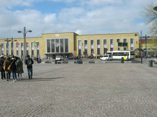 """Station Brugge : Go to this entrance - the other is on the """"front road"""""""