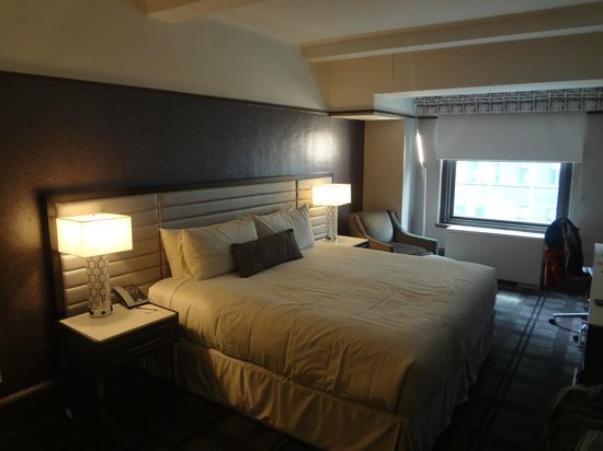 Park Central Hotel New York: Bed and window area