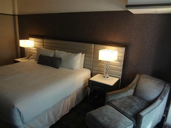 Park Central Hotel New York: Bed and occasional chair
