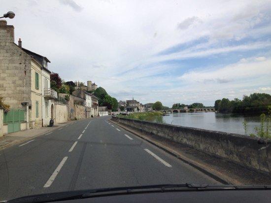 Forteresse royale de Chinon : Vista da estrada chegando a Chinon