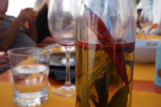 aceite aromatizado con guindilla, pimienta y laurel... siempre algo especial en La Cucina