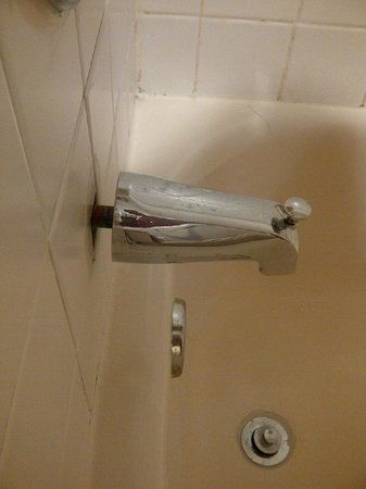 Holiday Inn-Brownsville: Gap between tile and faucet