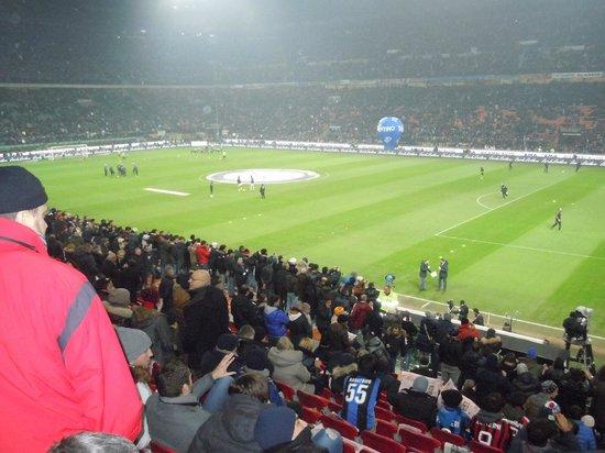 Stadio Giuseppe Meazza (San Siro): インテルvsミラン 試合前。最前列の通路に多くの人が立つ