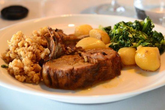 éLeBê Baixa: Cabrito servido direto do forno, prato montado à mesa