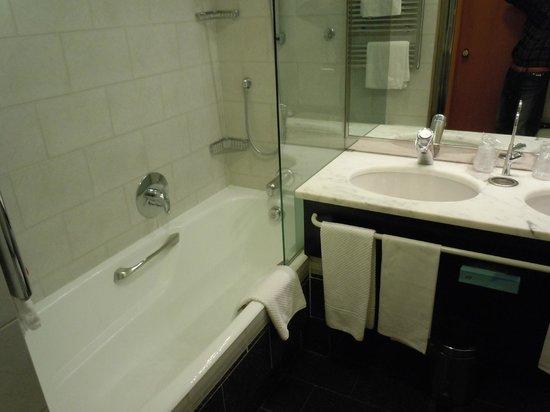 Brunelleschi Hotel: シャワーブースも別にあった。