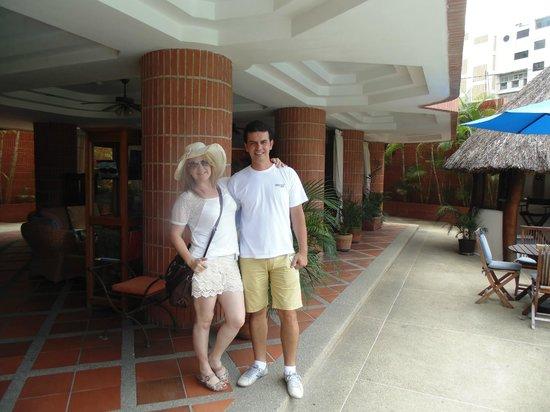 Costa Real Suites: Eu e esposa em frente ao hotel.