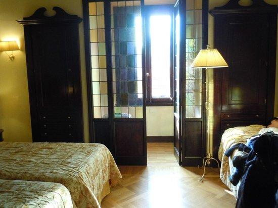 Grand Hotel Baglioni Firenze: 窓辺のガラスから良い色の明かりが入る
