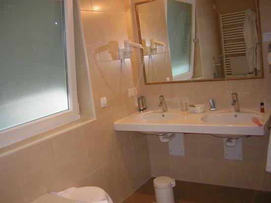 Hotel Grones : Bagno con 2 lavandini e con arredi moderni