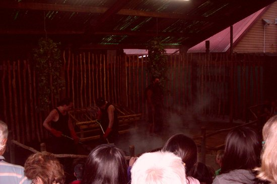 Village maori de Tamaki : PREPARING THE HANGI DINNER
