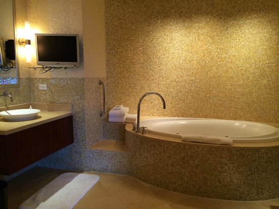 Renaissance Hotel Las Vegas : Presidential Suite - bathroom mosaic glass tile walls and jetted soaking tub