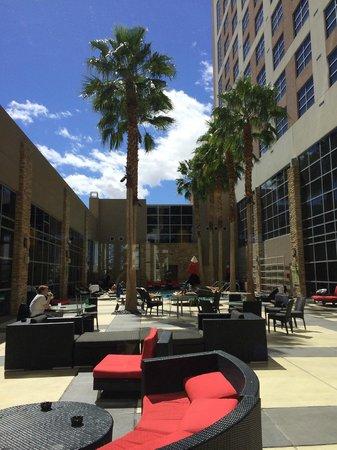 Renaissance Las Vegas Hotel: Pool and outdoor courtyard