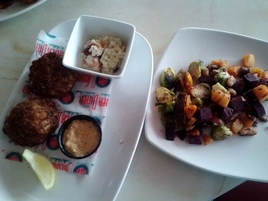 Silver Diner : crab cakes and fire-roasted vegetables