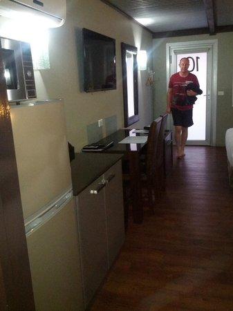 Orbost Motel: Kitchenette - Coffee perculator, microwave, toaster, fridge freezer.