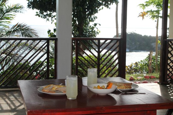 Calibishie Cove: breakfast each morning included!