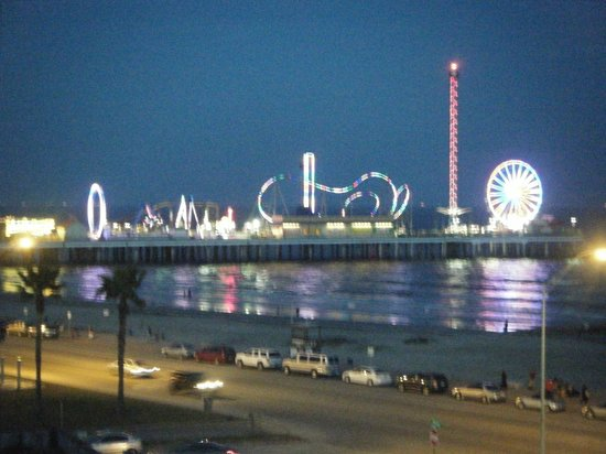 Country Inn & Suites By Carlson, Galveston Beach: The Pleasure Pier at night