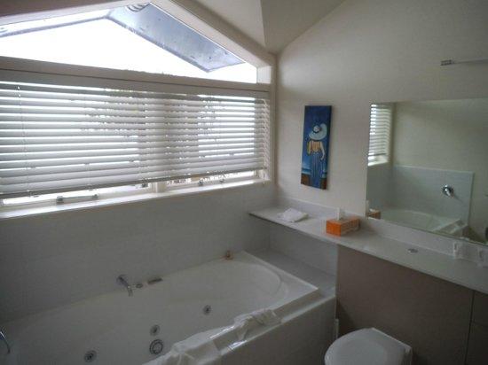 Quest on Lambton Serviced Apartments : Spa bath
