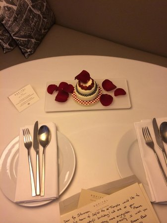 Sofitel Paris Arc de Triomphe: Absolutely delicious strawberry and chocolate mousy cake