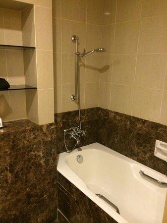 Regency House by Far East Hospitality: bathroom