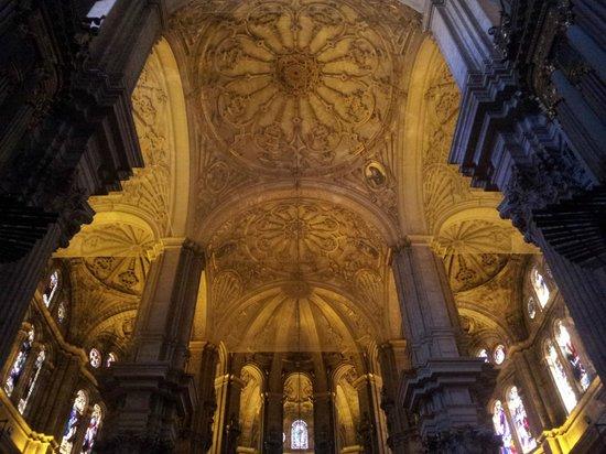 Malaga Cathedral : Particolare del soffitto sopra l'altare principale.
