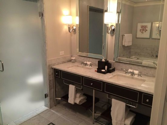 Waldorf Astoria Chicago: Luxury Suite Vanity