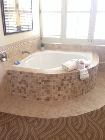Carriage House Inn: In room jacuzzi tub