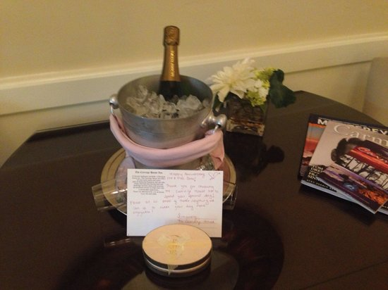 Carriage House Inn: Champagne for our anniversary was a sweet touch from the Inn
