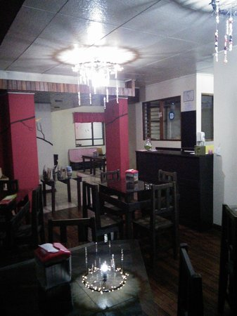 El Chante Vegano: Indoor dining area with cool chandaliers