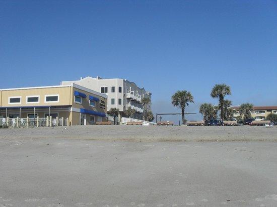 The Seaside Amelia Inn : hotel is behind the sandy bottom restaurant