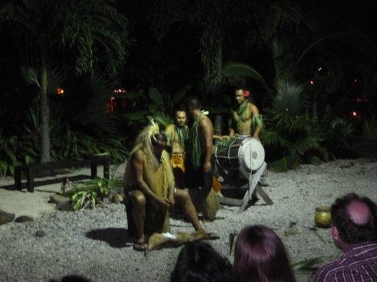 Te Vara Nui Village: Coconut opening