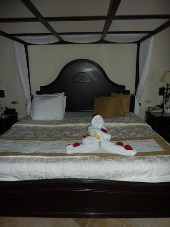 Luxury Bahia Principe Cayo Levantado : King bed and nice towel man!