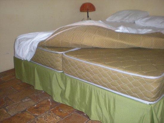Porto de Galinhas Praia Hotel: Cama single unida por una sábana inferior haciendo una sola cama doble