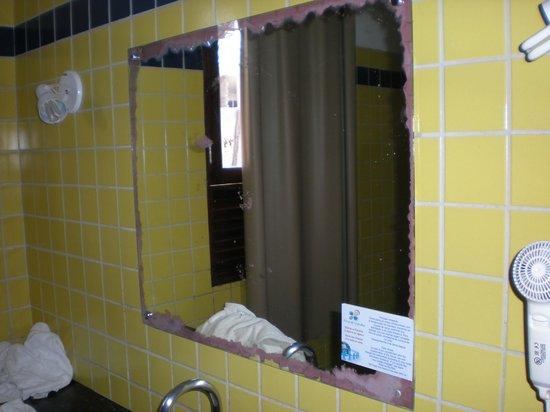Porto de Galinhas Praia Hotel: Espejo que corroido en todo su alrededor, Detalles que hacen a la estadía