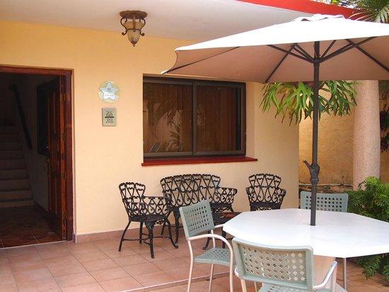 Beny's House: patio