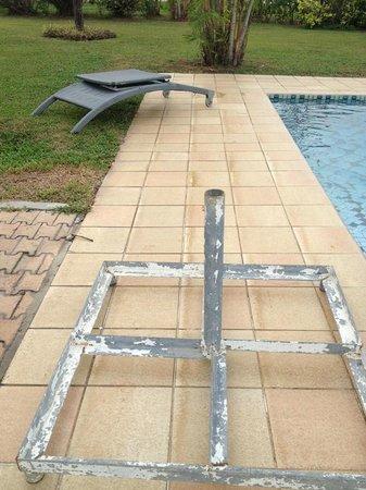 Bintan Lagoon Resort: Broken deck chair & umbrella stand by the pool