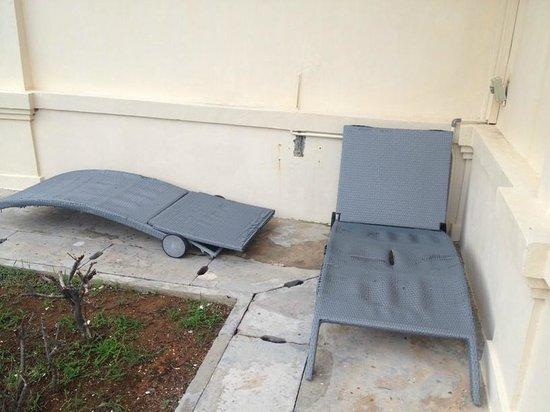 Bintan Lagoon Resort: Broken deck chairs in the garden