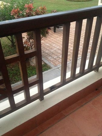 Bintan Lagoon Resort: Broken balustrade in patio