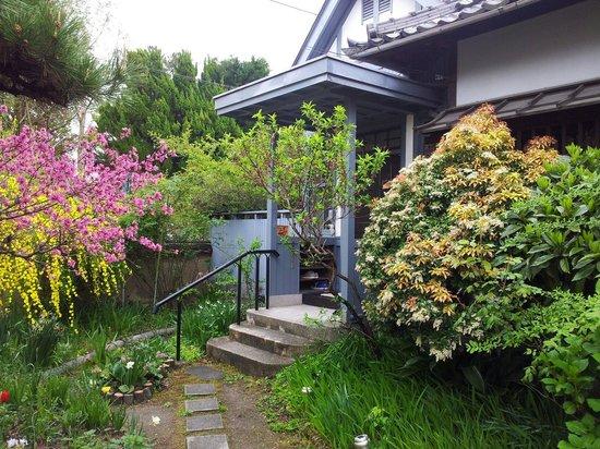 Guest House Tamura : Entrance garden