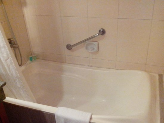 Cebu Parklane International Hotel: Bathtub
