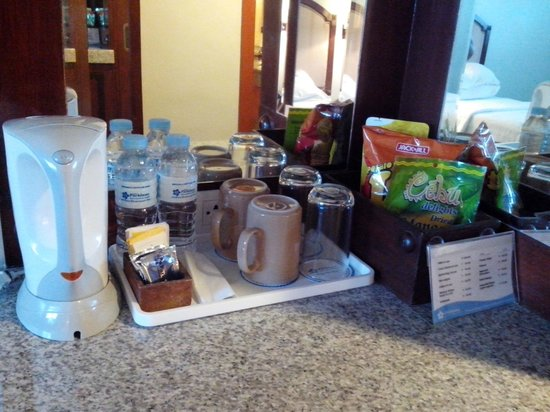Cebu Parklane International Hotel: Minibar -  2 complimentary bottled water, tea, cofee