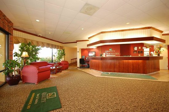 Quality Inn & Suites Kansas City I-70 East: Front Desk Lobby