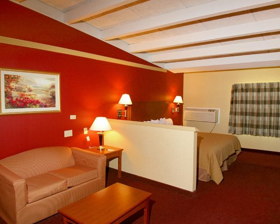 Quality Inn & Suites Kansas City I-70 East: King Suite with Sofa Sleeper GuestRoom