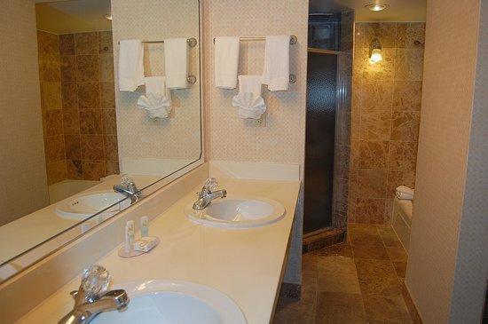 Quality Inn & Suites Kansas City I-70 East: Marble BathRoom Vanities