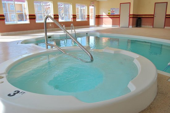 Quality Inn & Suites Kansas City I-70 East : Spill Over Spa & Indoor Pool