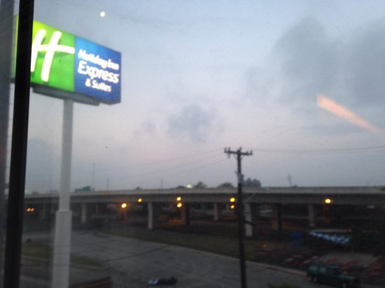 Holiday Inn Express Hotel & Suites San Antonio-Downtown Market Area : Noisy hwy