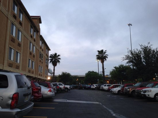 Holiday Inn Express Hotel & Suites San Antonio-Downtown Market Area : Parking lot