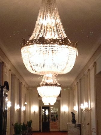 Hilton Chicago: Chandeliers located on the second floor