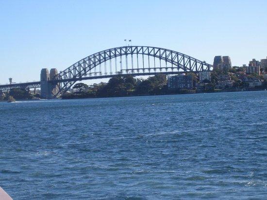Taronga Zoo : Sydney Harbour Bridge (view from ferry)