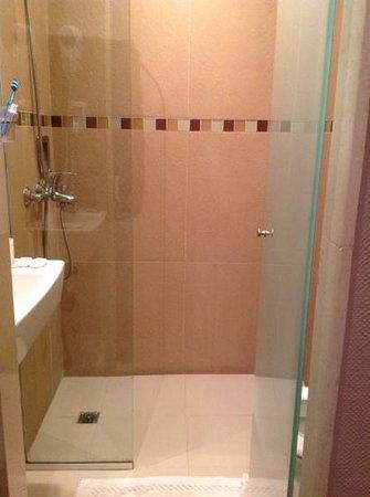 Hotel Comfort Baires: chuveiro do banheiro sem porta....