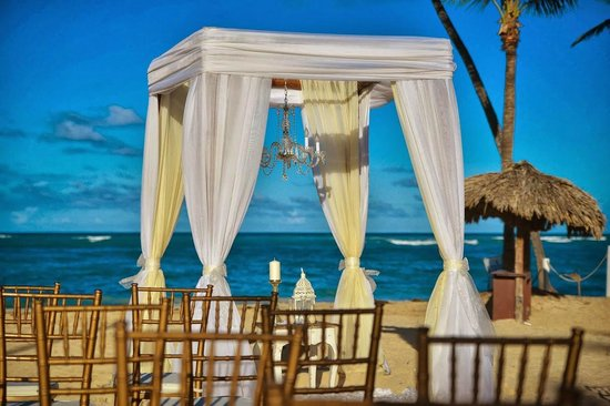 Kukua Beach Club: this is how I asked for gazebo to look like w all the details (chandelier, table with candles,et